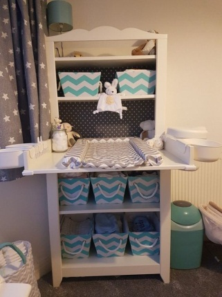 https://i.shelterness.com/2017/11/14-a-comfy-changing-table-with-fabric-crates-to-store-diapers-and-other-things.jpg