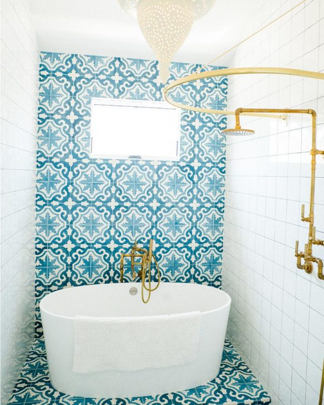 "Victoria + Albert sur Twitter : ""Our #WednesdayWonder is this unique Huntington Beach project by Leanne Ford Interiors. Beautiful blue Moroccan tiles frame the compact ios bath in this child's bathroom, paired"